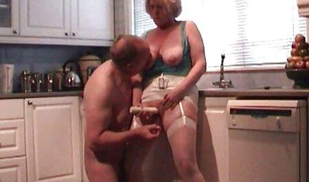 Rothaarige reife Mutter in ihrem ersten Handjob Porno deutsche porno fime 1