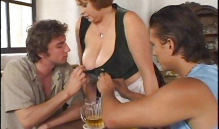 Brunette in Rot benutzt deutsche pornovideos kostenlos Dildo, um ihre ordentlich rasierte Fotze nachts drinnen zu ficken